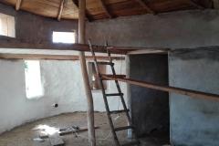 interior casa din saci umpluti cu pamant